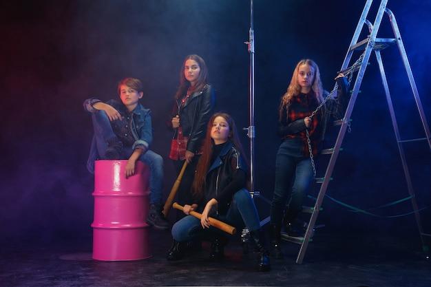 Rebellen jeugd. volledig lengteportret van eigenwijs kinderen in modieuze jeans en leerkleren. concept van tienerrellen, kindermode, non-conformisme en jonge energie. moderne levensstijl. Gratis Foto