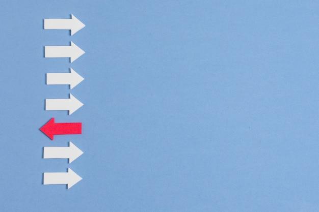 Rebellen rode pijl en menigte van witte pijlen zijn verschillend Gratis Foto