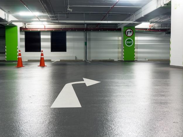 Rechter bochtbord en afslagbord geplakt op groene pijlers en markeer de bocht naar rechts op de parkeerplaats. Premium Foto