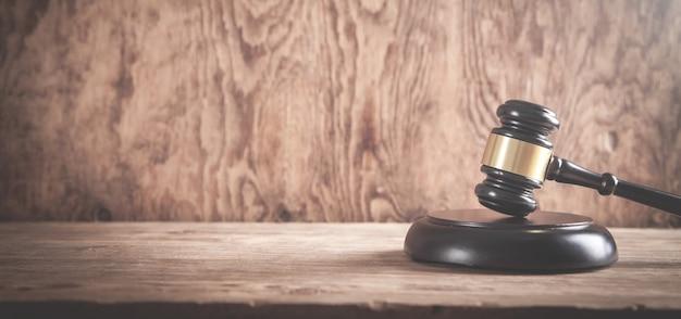 Rechter hamer op het houten bureau. wet concept Premium Foto