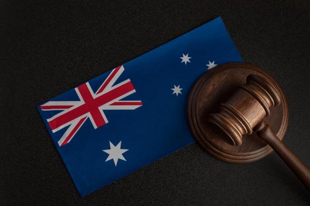 Rechter voorzittershamer bij de australische vlag. rechtbank in australië. australische veiling Premium Foto
