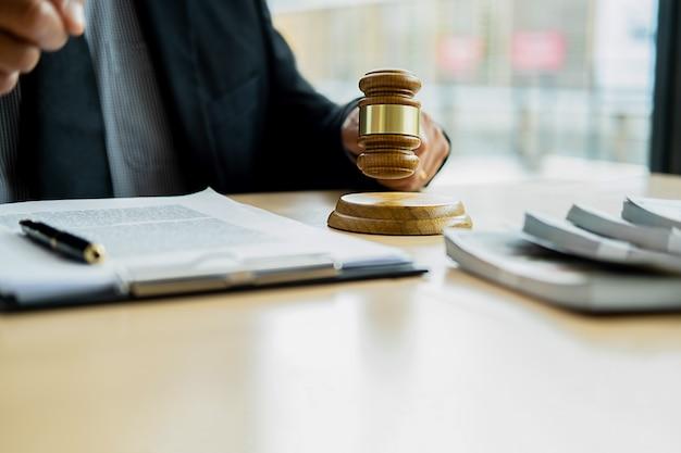 Rechterhamer met justitie-advocaat die teamvergadering bij advocatenkantoor hebben Premium Foto