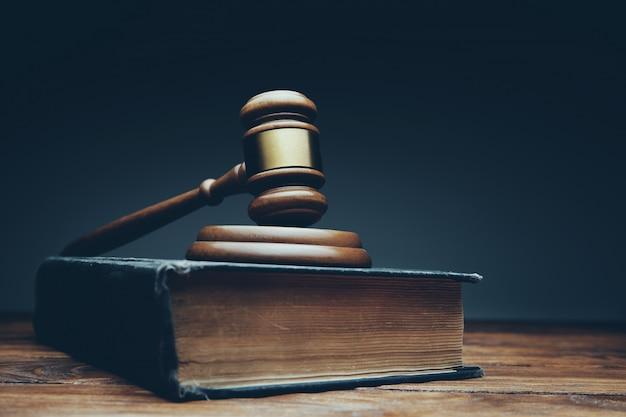 Rechterhamer op een houten bureau Premium Foto