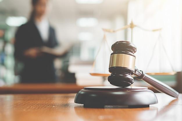 Rechtershamer met rechtvaardigheidsadvocaten die teamvergadering hebben bij wetsfirma achtergrond. concepten van recht en juridische dienstverlening. Premium Foto