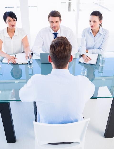 Recruiters die de kandidaat controleren tijdens een sollicitatiegesprek Premium Foto