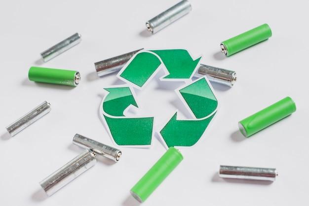 Recycle pictogram op batterijen op witte achtergrond Gratis Foto