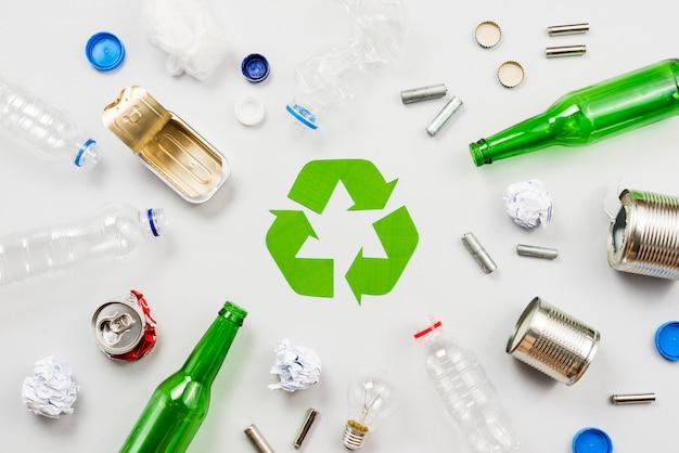 Recycle symbool en gesorteerd afval Gratis Foto