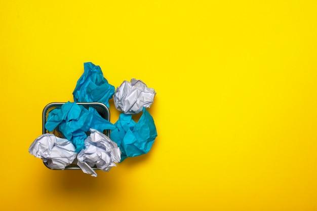 Recyclen. verfrommeld papier in de vuilnisbak Premium Foto