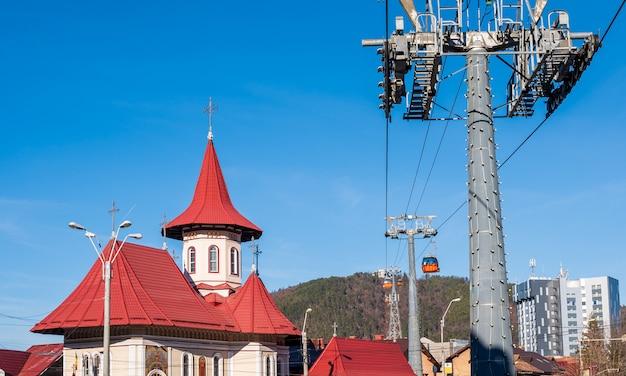 Red roof kerk en uitzicht op de bergen Gratis Foto