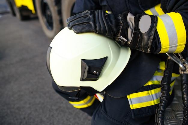 Reddingsbrandweerman in veilige helm en uniform Premium Foto