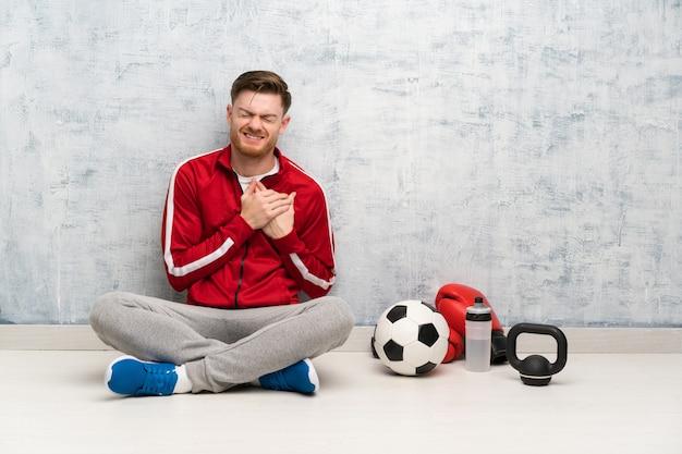 Redhead sport man met een pijn in het hart Premium Foto