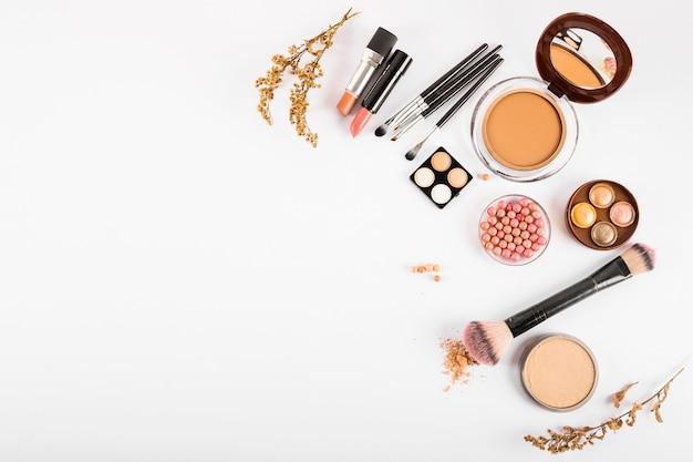 Reeks decoratieve schoonheidsmiddelen en make-upborstels op witte achtergrond Gratis Foto