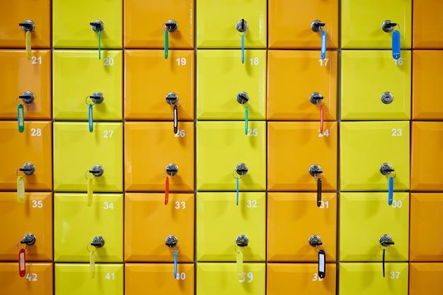 Reeks gekleurde, genummerde kasten met sloten. Premium Foto