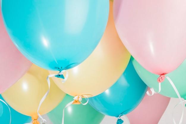 Reeks kleurrijke partijballons Gratis Foto