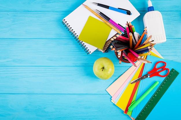 Reeks kleurrijke schoolbenodigdheden, boeken en notitieboekjes. accessoires voor briefpapier. bovenaanzicht. Premium Foto