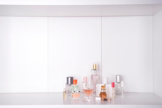 Reeks van verschillende vrouwenparfums geïsoleerde o witte achtergrond. Premium Foto