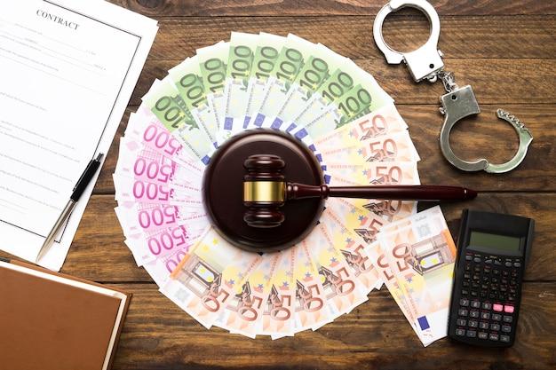 Regeling met geld, hamer, rekenmachine en contract Gratis Foto