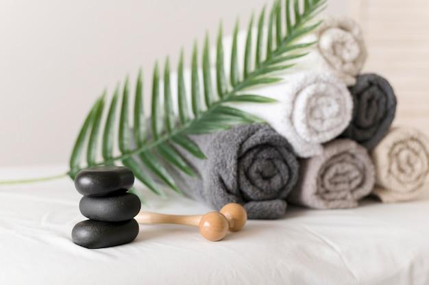 Regeling met handdoeken en stenen Gratis Foto