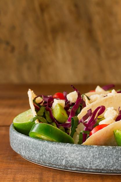 Regeling met smakelijke taco's op plaat Gratis Foto
