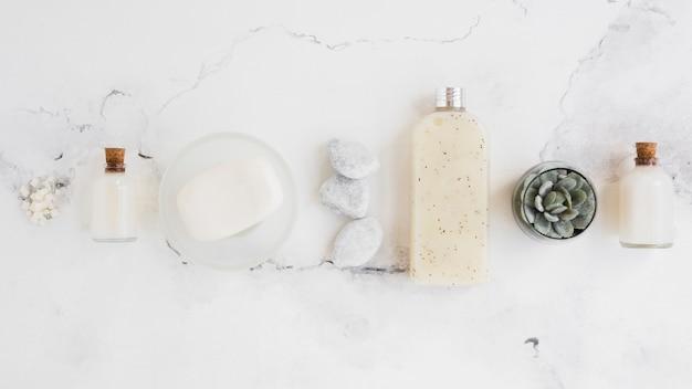 Regeling van badproducten op witte achtergrond Gratis Foto