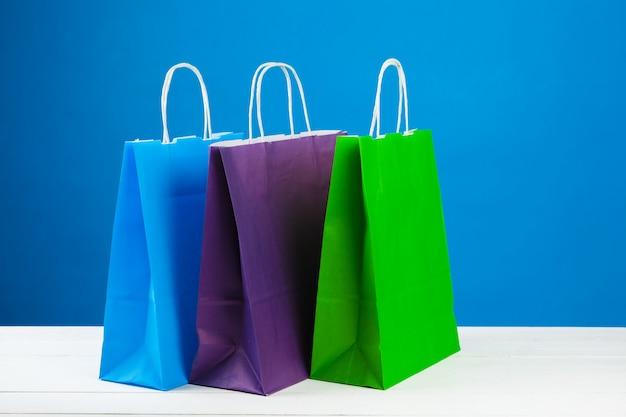Regeling van boodschappentassen op blauwe achtergrond Premium Foto