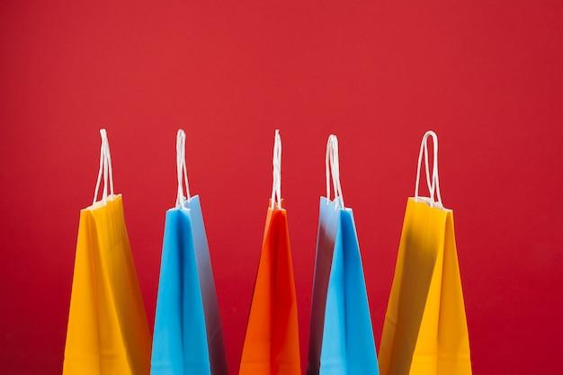 Regeling van boodschappentassen op rode achtergrond Premium Foto