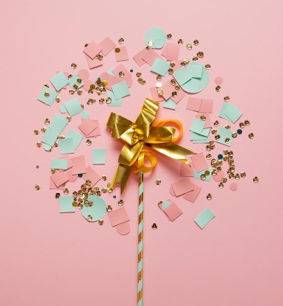 Regeling van confetti en stro bovenaanzicht Gratis Foto