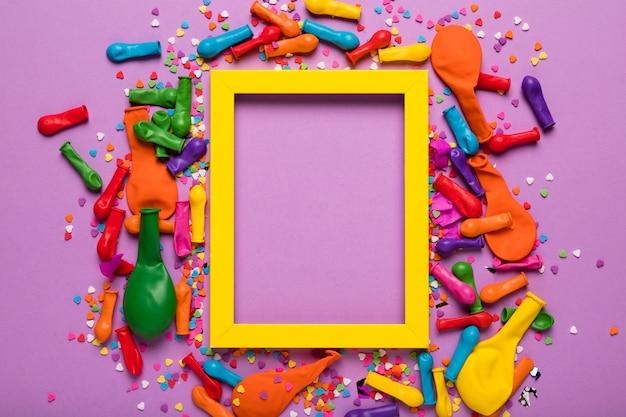 Regeling van feestelijke objecten met geel kader Gratis Foto