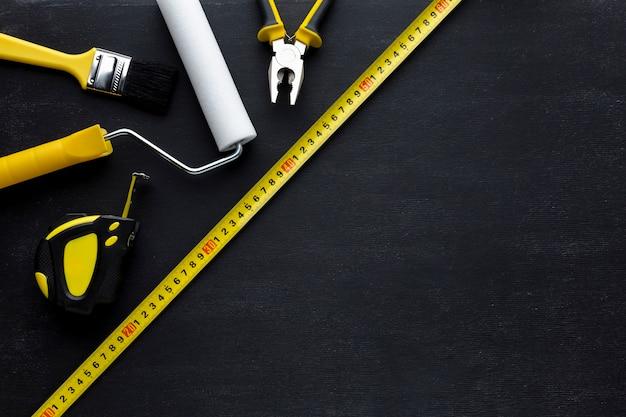 Regeling van gele hulpmiddelen bovenaanzicht met kopie ruimte Gratis Foto