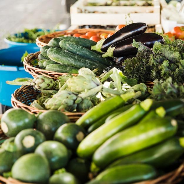 Regeling van groente in rieten mand bij markt Gratis Foto