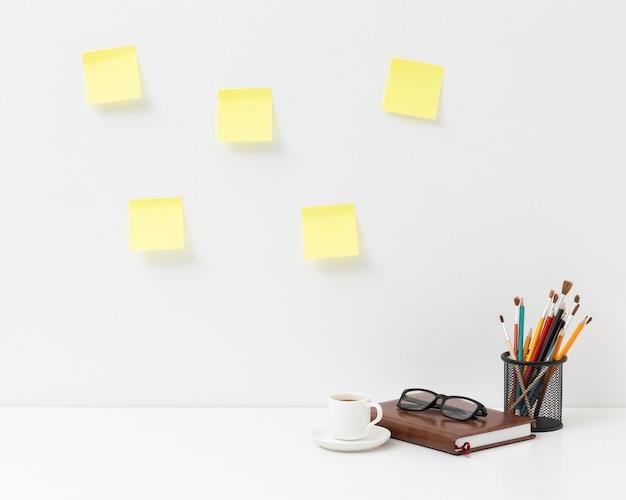 Regeling van kantoorelementen met lege post zijn op de muur Premium Foto