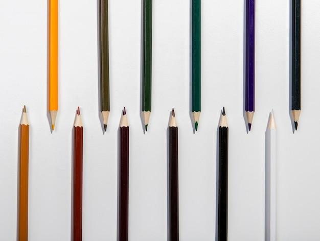 Regeling van kleurrijke potloden bovenaanzicht Gratis Foto