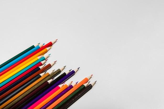 Regeling van kleurrijke potloden en kopie ruimte Gratis Foto