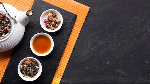 Regeling van kruidenthee en het is ingrediënt op leisteen Gratis Foto