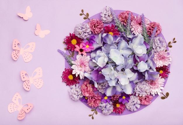 Regeling van mooie bloemen met paarse achtergrond Gratis Foto