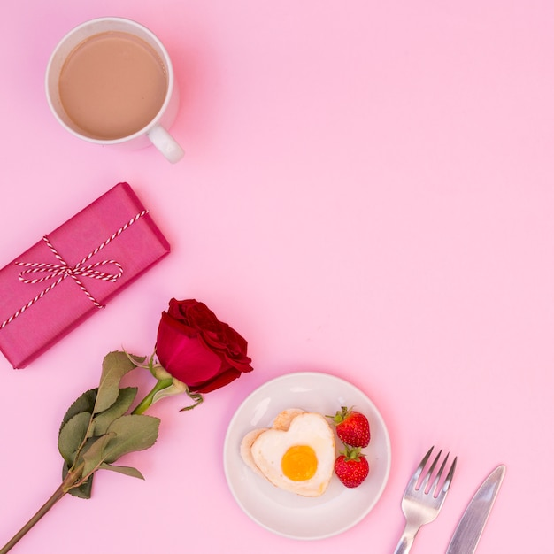 Regeling van romantisch ontbijt met roos en heden Gratis Foto