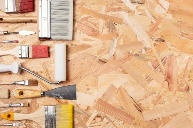 Regeling van verfborstels op houten achtergrond Gratis Foto