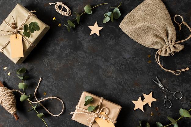 Regeling van verschillende kerstmisvoorwerpen met exemplaarruimte Gratis Foto