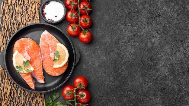 Regeling van zeevruchten zalmvissen en tomaten Premium Foto