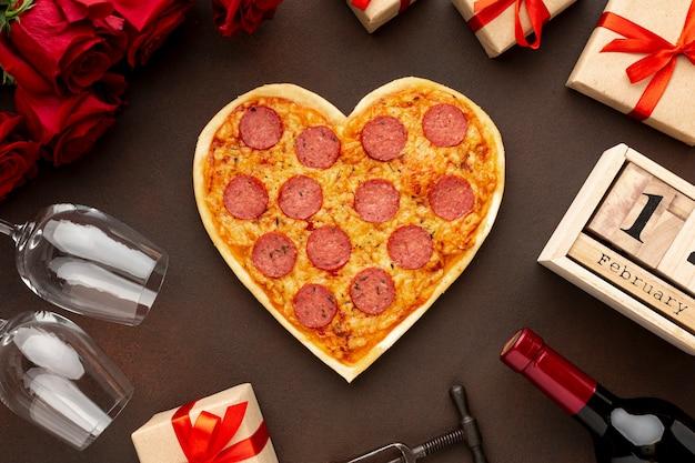 Regeling voor valentijnsdag met gecentreerde hartvormige pizza Gratis Foto