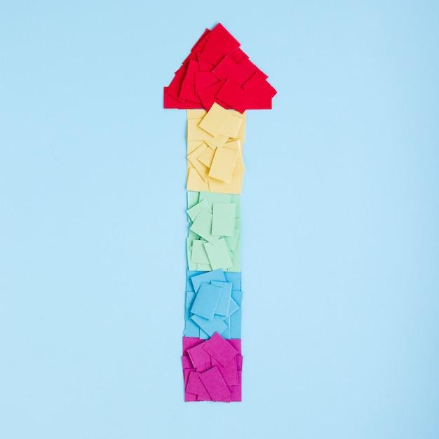 Regenboog pijl gemaakt van kleurrijke papieren Gratis Foto