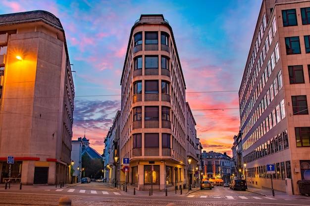 Regency street of rue de la regence bij zonsondergang, brussel, belgië Premium Foto