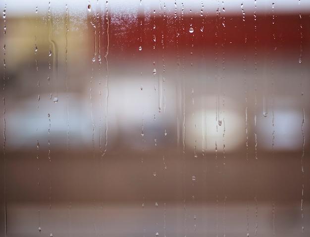 Regendalingen op venster Gratis Foto
