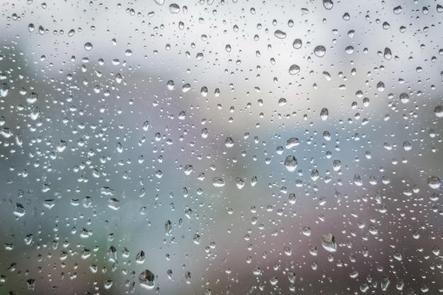 Regendruppels op vensterglas. abstracte textuur als achtergrond. Premium Foto