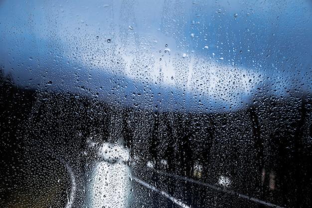 Regeneffect op de achtergrond van de nachtweg Gratis Foto