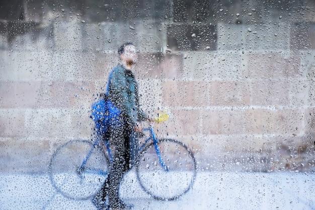Regeneffect op fiets achtergrond Gratis Foto