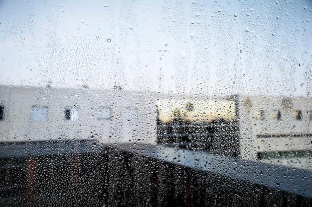 Regeneffect op stedelijke achtergrond Gratis Foto