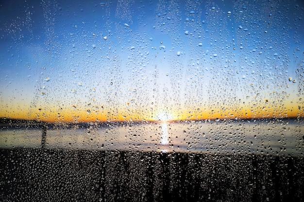 Regeneffect op zonsondergangachtergrond Gratis Foto