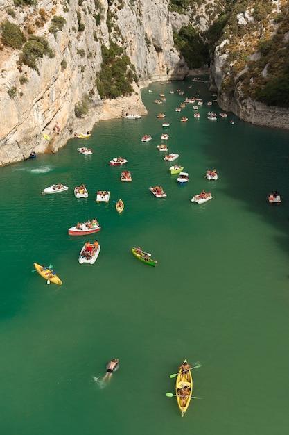 Regionaal natuurpark verdon met de boten op het water onder het zonlicht in frankrijk Gratis Foto