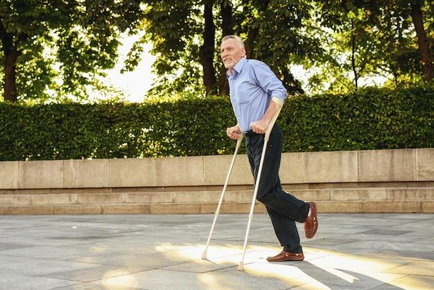 Rehabilitatie voor gehandicapte man buiten Premium Foto